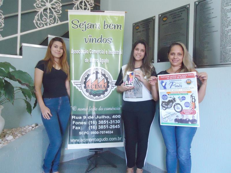 2º Prêmio: Um Smartphone - Ganhadora: Lauara Emiliane Ferreira Nicolino - Empresa que comprou: Marlene Chaim - Foto: Regina (Representante da empresa) com a ganhadora e Lorena (Secretária da ACIMA).