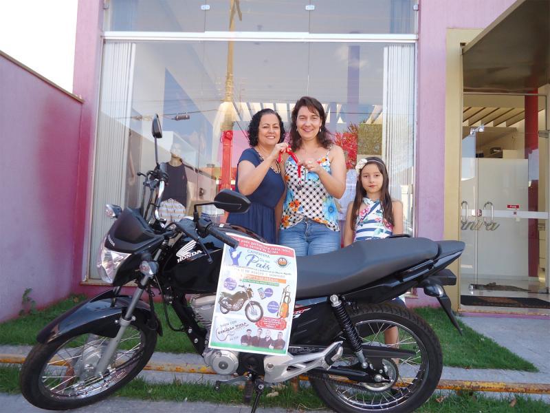 1º Prêmio: Uma Moto Honda Start 160 CC 0 Km - Ganhadora: Rosana Donizeti Copazzi Ribeiro - Empresa que comprou: Maison Vanira - Foto: Vanira (Proprietária da empresa) com a ganhadora e sua filha Maria Fernanda.