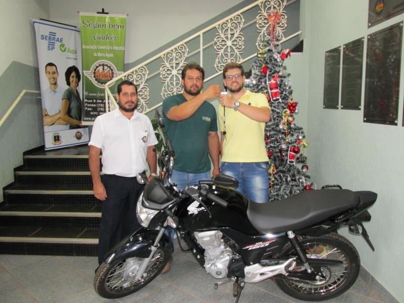 2º Prêmio: Uma Moto Honda Start 160 CC 0 Km - Ganhador: Gabriel Henrique Silveira  - Empresa que comprou: Marmoraria Selva de Pedras - Foto: Luis Fernando (Gerente Administrativo da ACIMA), Leonardo (Proprietário da Empresa) com o ganhador.