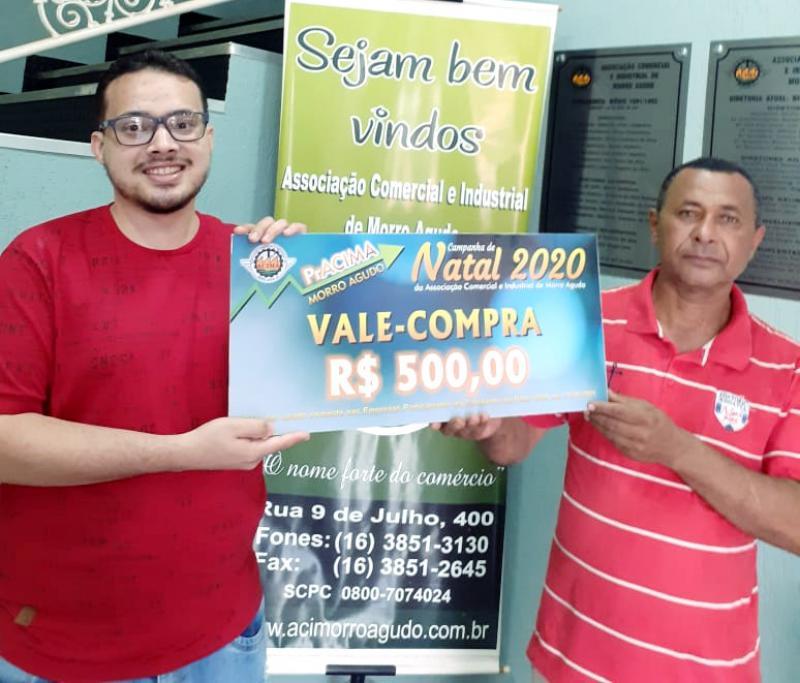 Foto: Neto Guimarães (Auxiliar Executivo da ACIMA) entregando vale-compras para Adonias Ataides dos Santos que comprou na Eletrozema.