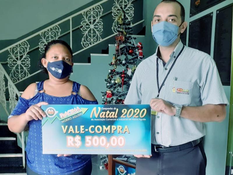 Foto: Éder Alberto da Silva (Gerente do supermercado Chaim) entregando prêmio para cliente Claudia Rodrigues S. Custodio