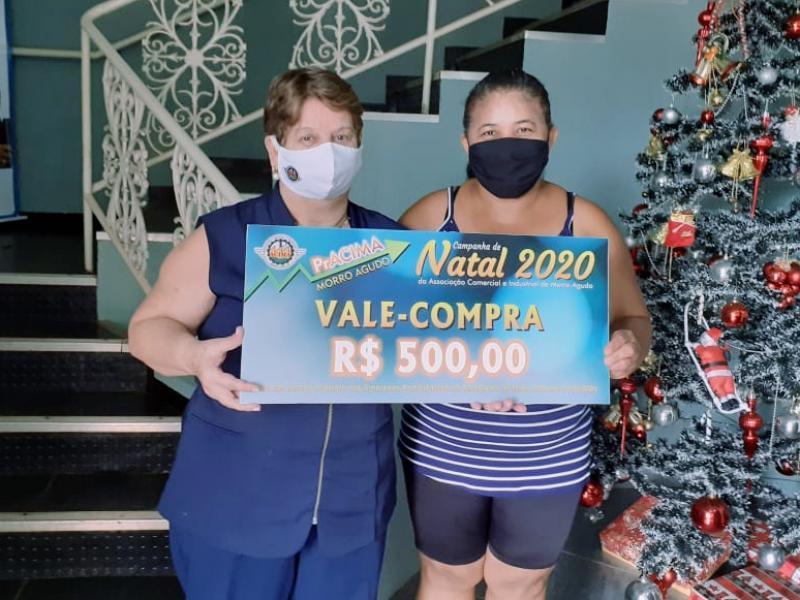 Foto: Vera Archanjo (Proprietária da Archanjo Seguros) entregando prêmio para cliente Cleonice Balbina dos Santos.