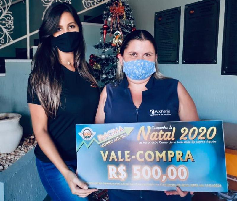 Foto: Priscila Cristina (Funcionária do Luiz Calçados) entregando prêmio para cliente Aline Alves Meireles.