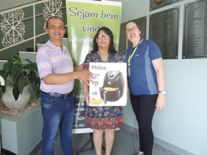 5º Prêmio: Uma Fritadeira Elétrica - Ganhadora: Marta Regina Marques Ferreira - Empresa que comprou: Eletrozema Foto: Rogério Chiaroti (Presidente da ACIMA) com a ganhadora e Marina (Representante da empresa).