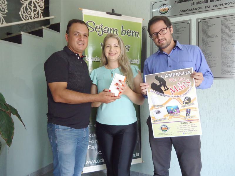 4º Prêmio: Um Smartphone - Ganhadora: Daniela Aparecida Magalhães Morais - Empresa que comprou: Arje Contabilidade - Foto: Luciano Chapina (Vice-presidente da ACIMA) com a ganhadora e Vinícius (Representante da empresa).